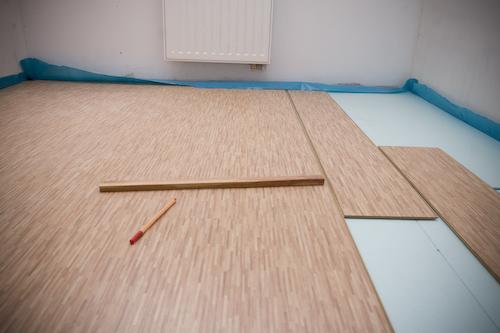 Układanie paneli podłogowych – potrzebne akcesoria